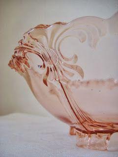 Retro Scandinavian: Studie i vakkert gammelt rosa pressglass