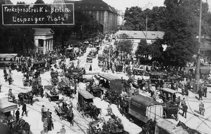 """Berlin, Juli 1919. Streik der Angestellten der Berliner Verkehrsbetriebe, vom 1.–14. Juli 1919.- """"Verkehrsstreik i. Berlin. Leipziger Platz""""."""