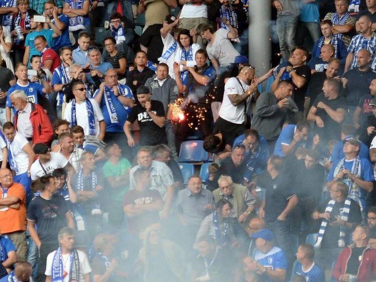 Ein Feuerwerkskörper fliegt in den Fanblock des 1.FC Magdeburg. Foto: Britta Pedersen