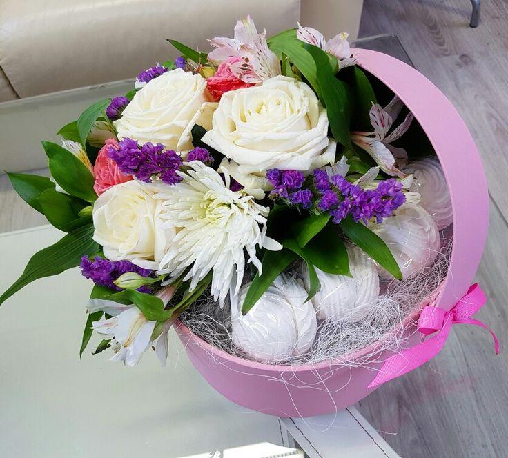 Шляпные коробки с цветами и зефиром в Киеве #шляпнаякоробка #цветочнаякоробка #цветывкоробке #заказатьцветы www.flourist.io.ua