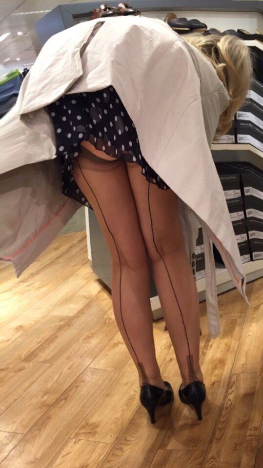 Фото женщина нагнулась и из под колготок видны белые трусики #6