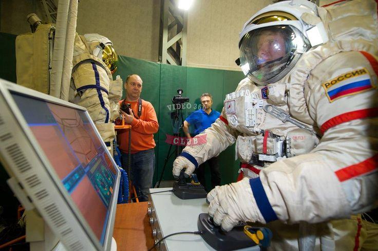 А знаете ли Вы, что российские космонавты в 2019 году могут принять участие в эксперименте, в котором при помощи виртуальной реальности можно будет управлять ровером на Луне.  Заведующий лабораторией Института медико-биологических проблем (ИМБП) РАН, замруководителя программного комитета серии изоляционных экспериментов SIRIUS Вадим Гущин рассказал, что российские ученые создали новую модель тренажера, которая позволяет моделировать работу находящегося на орбите Луны космонавта по…
