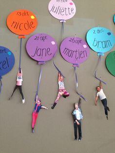 Leuke verjaardagskalender in de klas. Laat de kinderen aan een rek hangen, maak een foto en plak deze uitgeknipt aan het lintje.