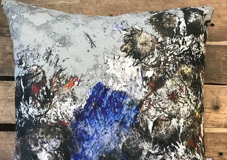 Juuso-karhun abstraktit maalaukset ikuistettiin sisustustekstiileiksi | Meillä kotona