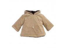Manteau à capuche en velours milleraies doublé de polaire moutonnée et zippé au dos.