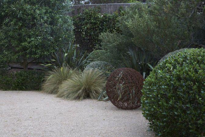 Das ist ein ruhiges, aber interessantes Spiel mit Kugelformen aus Australien. In Europa würde man Buchsbaum (http://galasearch.de/plants/11046-buxus-sempervirens) und z.B. Atlas-Schwingel (http://galasearch.de/plants/13974-festuca-mairei) verwenden.