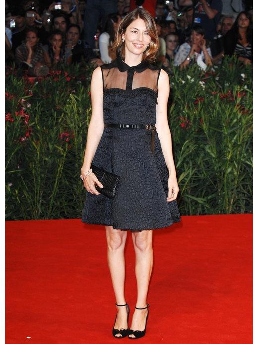 ソフィアコッポラのフレンチシックファッション。ブラックミニドレス。
