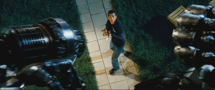 Escena de #Transformers 1, dónde Ironhide es orinado por Mojo y éste advierte a Sam: - tienes una plaga de roedores en tu casa. ¿quieres que las elimine?