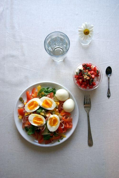 - Salat med egg, ruccola, hjertesalat, gul og rød paprika, tomat, rødløk, små sylteagurker og kokte egg  - Dessertskål  Cottage cheese, skyr med smak av granateple og jordbær, jordbær, nøtter og frø