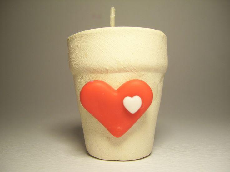 Souvenirs de vela en maceta con corazón. El color del aplique es a elección. La macetita mide 4 x 4,5 cm. Ideales como souvenirs de 15 años originales.