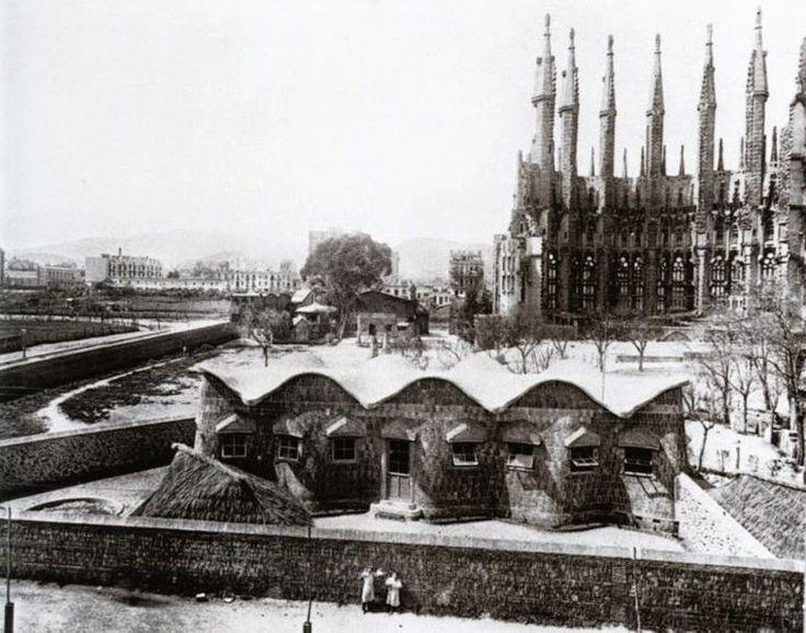 Las Escuelas de la Sagrada Familia, Barcelina (ca. 1909). Este pequeño edificio estaba destinado a escuela para los hijos de los obreros que trabajaban en la obra del templo, aunque también acogió a otros niños del barrio -en especial, de clase más desfavorecida-.
