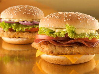 Esta hamburguesa es sensacional, el pollo empanizado y el tocino le da un sabor único y especial. Te recomiendo mucho esta receta, te vas a enamorar de ella.