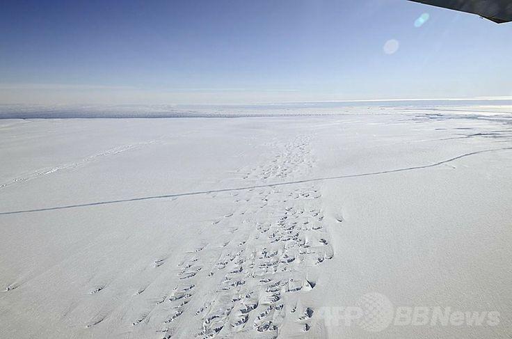 2011年に撮影された、パインアイランド氷河に入ったひび(2011年10月14日撮影)。(c)AFP/NASA/Michael Studinger ▼21Feb2014AFP|急速に進む南極の氷融解、今後数百年続く恐れも 国際研究 http://www.afpbb.com/articles/-/3009042 #PineIsland_Glacier #Antarctica