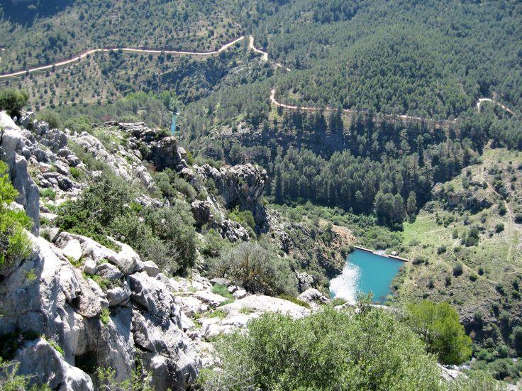 #El_Burgo es un municipio enclavado en la Reserva de la Biosfera de la Sierra de las Nieves. Por su territorio fluyen el río Turón y numerosos arroyos que lo alimentan. Hay diversos miradores desde los que se tiene una perspectiva espectacular. Pinos, encinas y pinsapos conforman su paisaje. La gastronomía de El Burgo sobresale por los platos como el cabrito, la caldereta o los guisillos de espárragos. La sopa de los siete ramales tiene su propia fiesta que se celebra el 28 de febrero.