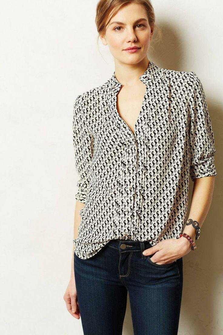 jeans / blouse met kleine grafische print / armlengte tot de elleboog / opvallende armband