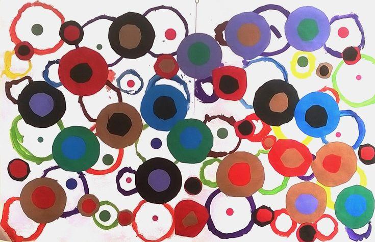 A partir de gestes graphiques : dessiner le contour des assiettes et autres formes rondes trouvées dans la classe ,ensuite les grands ont découpé les cercles tracés et les moyens ont repassé au pinceau sur les traces.