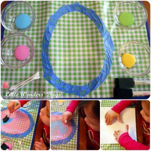Paasei makende vorm is voorgeplakt op plastic( tafelkleed of i.d) en de kinderen mogen het invullen met verf en penseel of wattenstaafje. Als het helemaal is ingevuld dan een blad papier erop en een mooie afdruk maken