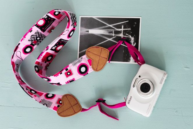 Das Materialwunder SnapPap ist gerade in aller Munde. Es fasst sich an wie eine Mischung aus Pappe und Leder und vereinigt einer Vielzahl von tollen Eigenschaften: Es ist wasch- und bügelbar, man kann es schneiden und es ist trotzdem reißfest. Wir zeigen dir, wie du einen beherzten Kameragurt aus SnapPap selber machen kannst.