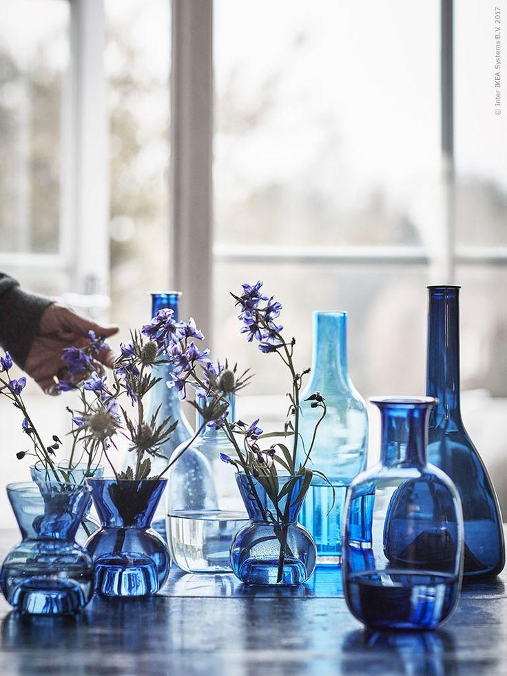 Glas är ett av de taktila material som valdes ut för att ingå i STOCKHOLM 2017. Skålar, karaffer och fat i blå toner har hämtat inspiration från naturen och det skiftande svenska ljuset.