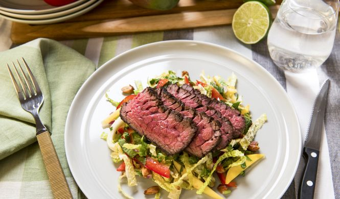 Bavette de bœuf grillée, salade de mangue à la limette