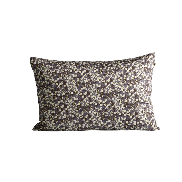 Pudebetræk i et grafisk look og i det smukke Liberty stof kaldet flo. Pudebetrækkets særlige mønster skaber et smukt blikfang i sofaen eller lænestolen. Puden er behagelig og er god at mikse med puder i samme farvenuancer. Pudebetrækket måler 40 x 60 cm.
