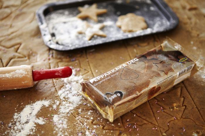 Με την έτοιμη για χρήση ζύμη gingerbread είναι πολύ εύκολο να φτιάξετε τα μπισκότα των Χριστουγέννων!