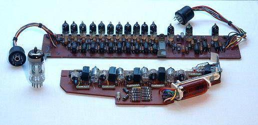 La placa de circuito superior contiene un contador de anillo. Los tiratrones llenos de gas son muy pequeñas. Esta era la única manera de colocar aprox. 177 piezas en un caso manejable. Estos tubos de relé sólo tienen dos estados como relés mecánicos. Además hay 11 tubos de vacío (ECC 81, lado izquierdo) integrados en la calculadora.
