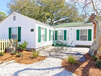 VRBO.com #734563 - Bright and Open Pet Friendly Cottage Only 1 Block to Beach----$138/person