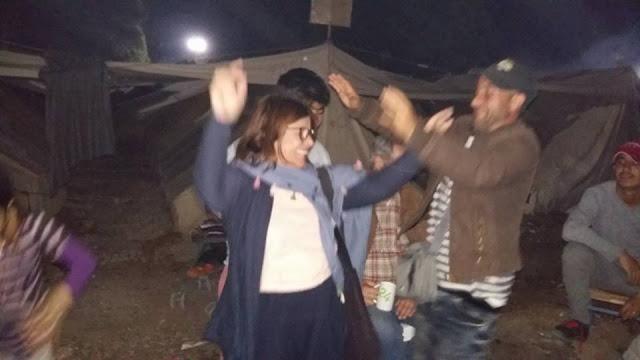Βουλευτής του ΣΥΡΙΖΑ χορεύει μαζί με πρόσφυγες στη Ριτσώνα (Photos)