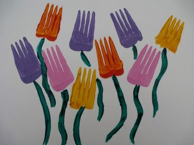 Spring crafts for kids - Fork printed flowers #craftsforkids #springcrafts #printingcrafts