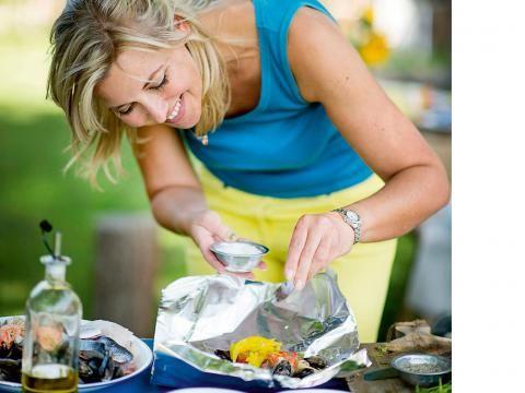 Eerlijk is eerlijk: een barbecue is een eetfestijn waarbij we ons snel laten verleiden tot dat extra stukje vlees of een grote portie pastasalade. En ook: moeilijk voor de gastvrouw om de hoeveelheden in te schatten. Enkele richtlijnen.