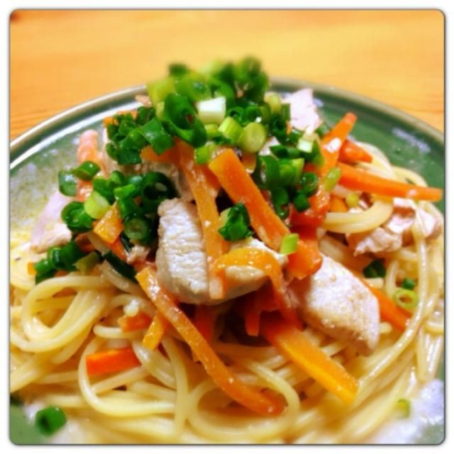 金沢で買った『とり野菜味噌』を使って、スパゲティを作ってみました。ミルクとの相性もいい(^-^) 美味しく出来ました!! - 50件のもぐもぐ - チキンと人参のクリーミー味噌スパゲティ by Fumi