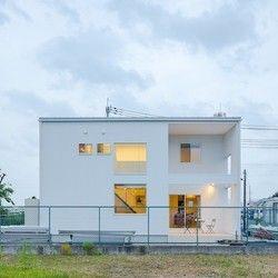 外壁はガルバリウム鋼板小波仕上げの白。シンプルなホワイトボックス。 | 八日市の家