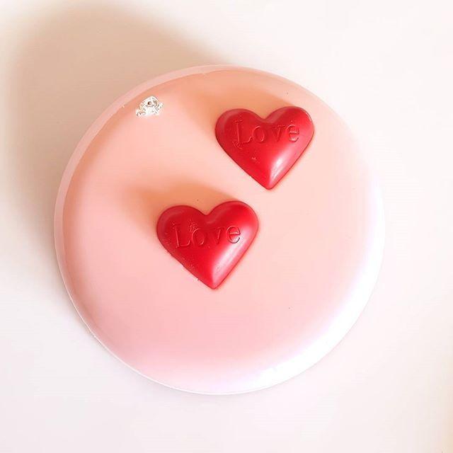 Ах Любовь-Любовь!!! Торт Алунга-черри в нежнейшем обличии Внутри: компоте из вишни, спонж-бисквит с кусочками вишни и мусс на молочном шоколаде Алунга
