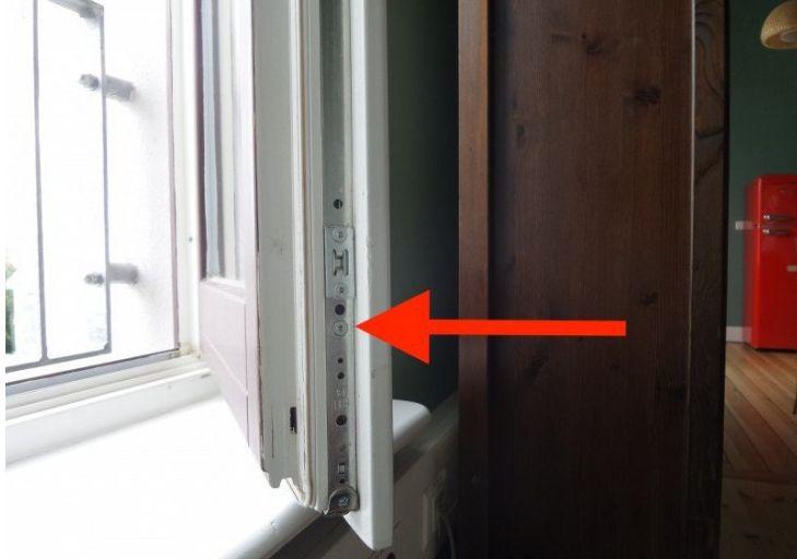 Wist je dat je deze schroef twee keer per jaar moet verstellen? Om een warm huis te hebben en te houden is een verwarming en goede isolatie erg belangrijk, maar vergeet vooral de ramen niet. Vroeger hadden ramen allemaal enkele beglazing, wat het een stuk moeilijker maakte om de temperatuur in huis