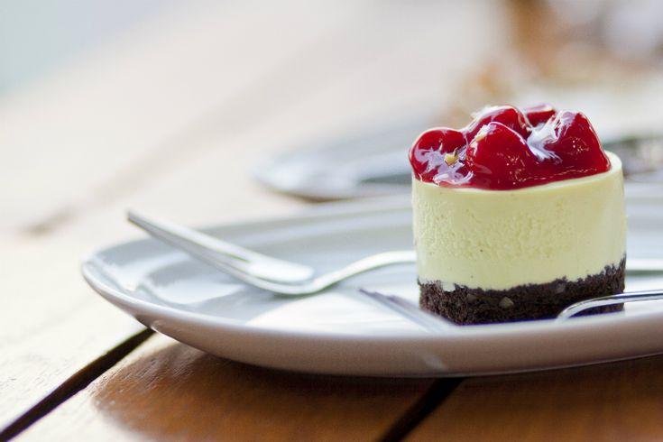 Niets is zo aantrekkelijk als een tafel vol kleine versies van de lekkerste desserts. Daarom hebben we dit jaar gekozen voor dé afsluitingle petit-grand dessert: een tafel vol met de lekkerste, mooiste en meest goddelijke desserts in kleinere versies zodat iedereen van alles kan genieten. Culy zocht de lekkerste en mooiste desserts voor jullie uit […]