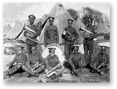 Pendant la Première Guerre mondiale, les Noirs canadiens étaient initialement rejetés aux bureaux d'enrôlement du pays. À la suite de manifestations, l'Armée canadienne a autorisé la formation du 2e Bataillon de construction, Corps expéditionnaire canadien (CEC), la seule unité distincte de Noirs jusqu'en juillet 1916. (Site anglais)