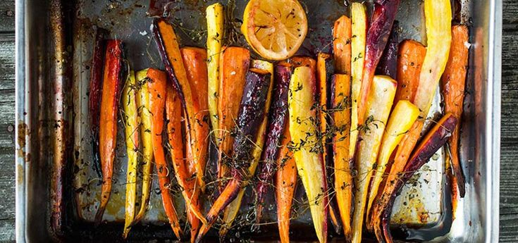 Bilde av bakte gulrøtter med sitron, honning og timian