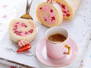 Erdbeer-Buttercreme-Rolle http://www.daskochrezept.de/meine-familie-und-ich