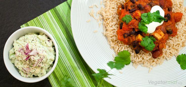 Chili sin carne (chili uten kjøtt) er den vegetariske versjonen av chili con carne. Det finnes dokumenterte oppskrifter på denne retten så tidlig som fra 1519 - så dette er en rett med lange tradisjoner i USA og spesielt Texas der den har sin opprinnelse. Vår versjon er med bønner, sopp og paprika. Server chili med ris og en frisk guacamole. Vår versjon er inspirert av Jamie Oliver sin chili con carne. Prøv denne smakfulle vegetarretten eller en av våre mange andre vegan- og…