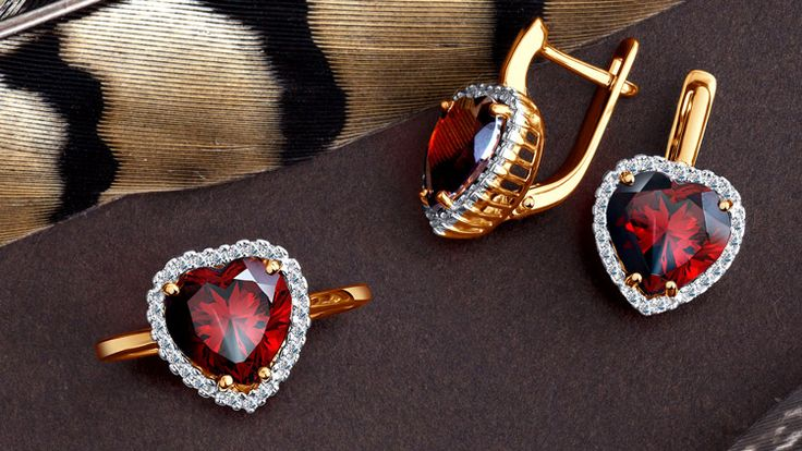 Кольцо и серьги с гранатми в форме сердца