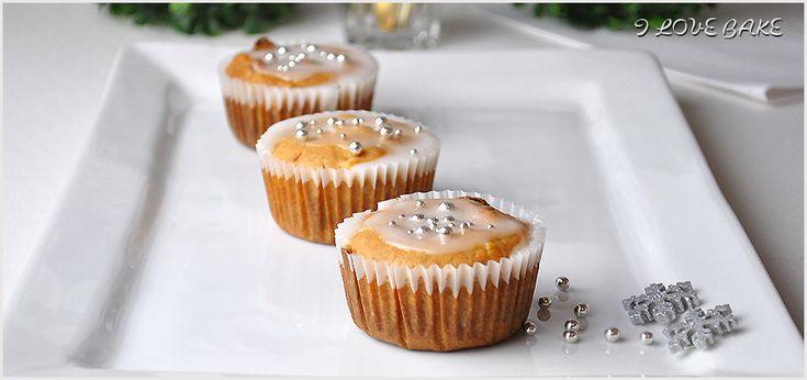 W tym roku na majówkę postanowiłam wykonać szybkie muffinki jogurtowe z truskawkami i kruszonką. Mieszamy mokre składniki z suchymi, pieczemy i gotowe.