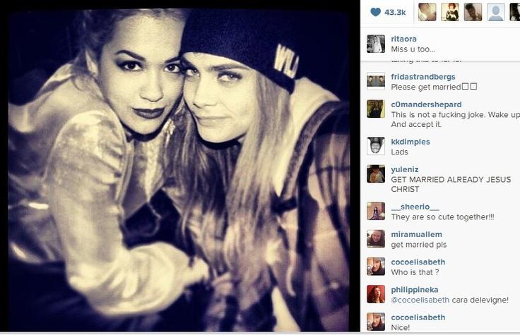Cara Delevingne trasforma il suo nome in un marchio e intanto dichiara pubblicamente il suo amore per la cantante Rita Ora
