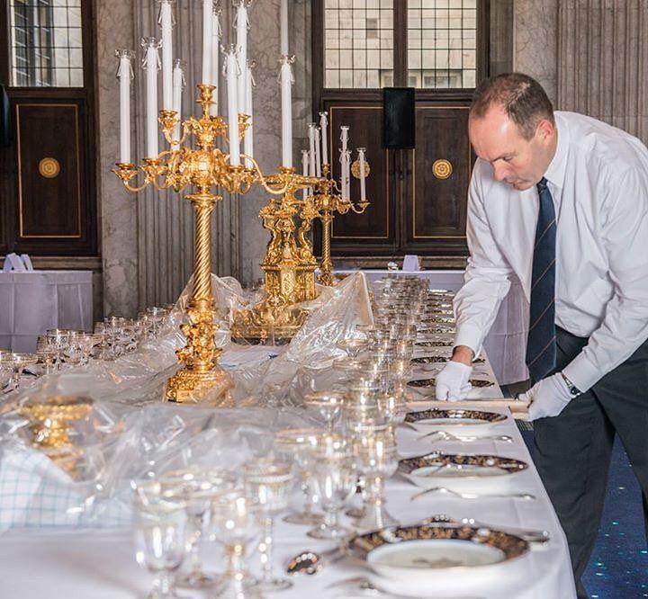 De Belgische Koning Filip en Koningin Mathilde brengen van 28 t/m 30 november 2016 een staatsbezoek aan Nederland. Het Belgisch Koningspaar wordt ceremonieel ontvangen op het Koninklijk Paleis Amsterdam. Het staatsbanket is een vast onderdeel van het staatsbezoek. De voorbereidingen in het Koninklijk Paleis Amsterdam beginnen al dagen van te voren. Allereerst wordt het 600 vierkante meter grote kamerbrede tapijt in de Burgerzaal gelegd. Een dag later worden de tafelkleden neergelegd en het…