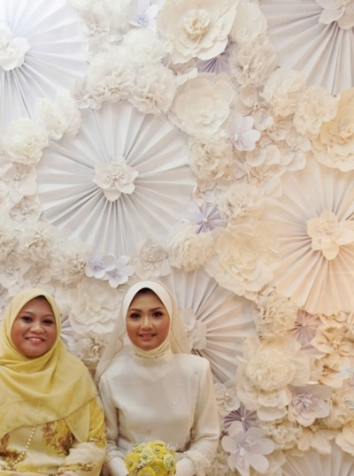 pelamin/dais by http://sweethouseofmine.tumblr.com/tagged/paper_flowers