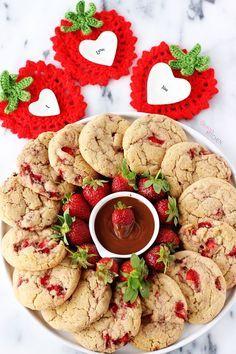 Dışı kıtır, içi yumuşacık, süt kokan ve her ısırıkta çileğin mis gibi aromasını hissettiğiniz bir kurabiye hayal edin.. Şimdi onu erimiş ç...