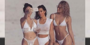 Kim'den seksi fotoğraf çekimi: Atkins diyeti sayesinde fazla kilolarından kurtulan 35 yaşındaki TV yıldızı tatil için gittiği Meksika'da bir dergi için objektif karşısına geçti. Beyaz mayosuyla birbirinden seksi pozlar veren Kardashian çekim aralarında selfie çekmeyi de ihmal etmedi.Kardashian çekimin ardından bir burgerciye...
