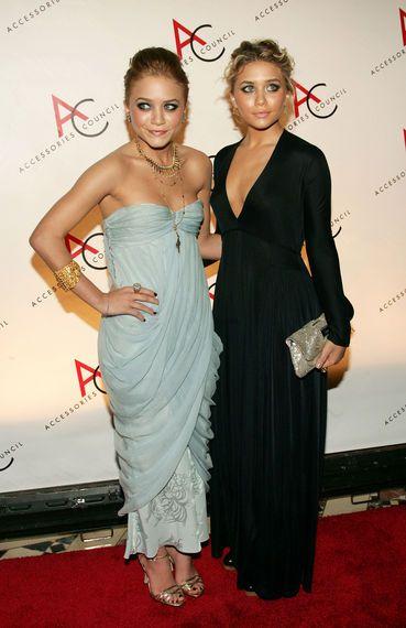 Star-Style: Die schönsten Looks von Mary-Kate und Ashley Olsen: Im selben Monat besuchen die beiden die Ace Gala Awards in NY. Während Ashley (rechts) hier auf eine schlichte, schwarze Robe setzt, wählt Mary-Kate ein eisblaues Kleid von Christian Dior