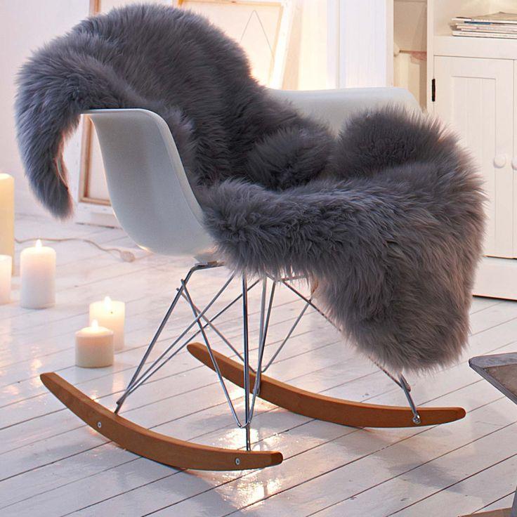 Deco scandinave fauteuil à bascule blanc et bois, bougies et peau de mouton, parquet blanc