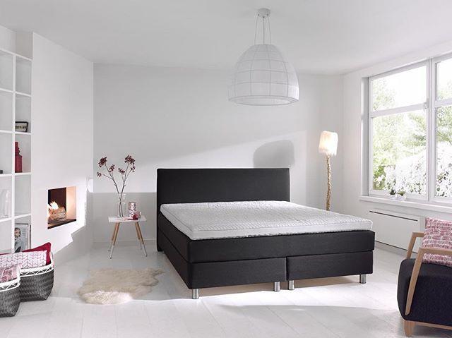 Lyst og minimalistisk soveværelse med pejs #scandinavian #home #minimalist #seng